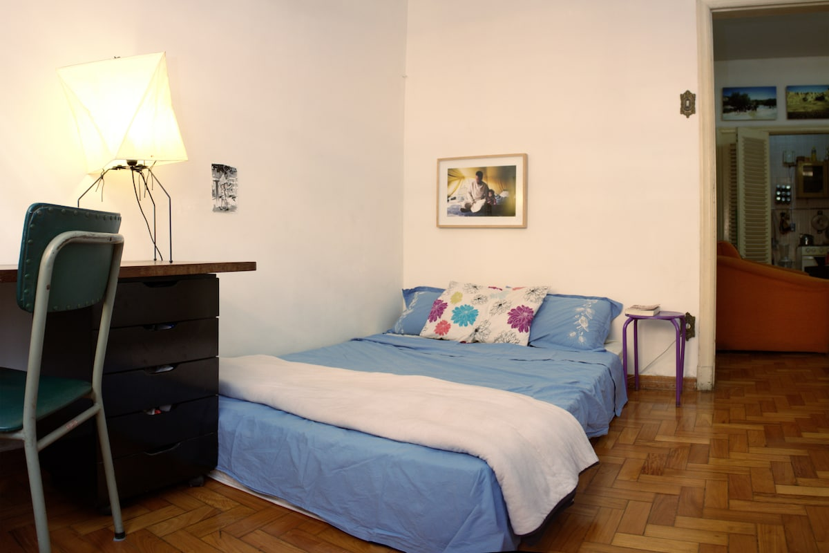 Comfortable bedroom near Praça 7