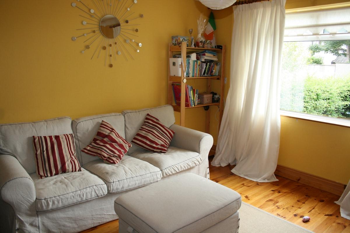 Cosy room in family home near coast