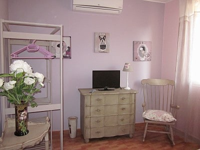le coin rangement et télé de la chambre romantique
