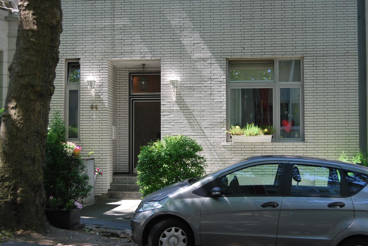 Ihr Eingang zur komfortablen 70m²-Wohnung mit direkter Parkmöglichkeit