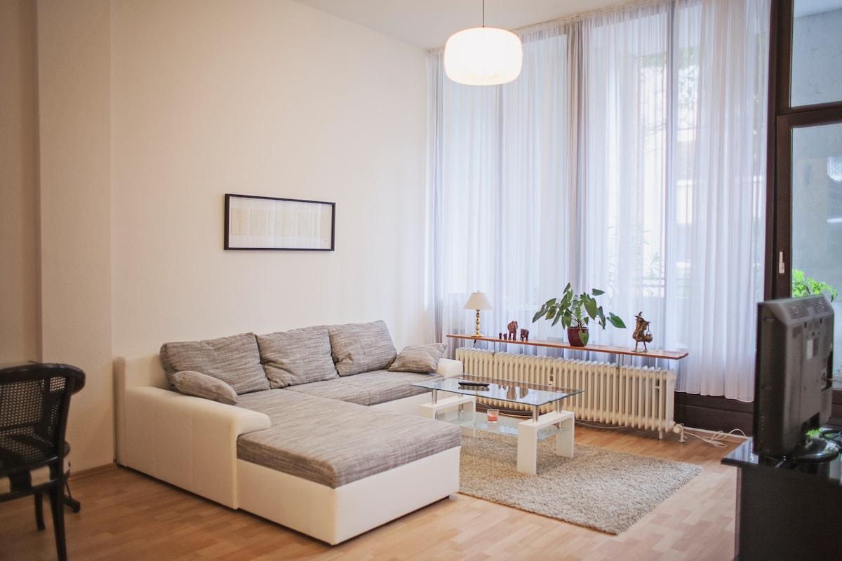 Gemütliche, lichtdurchflutete Wohnzimmerecke mit Zugang zur Loggia