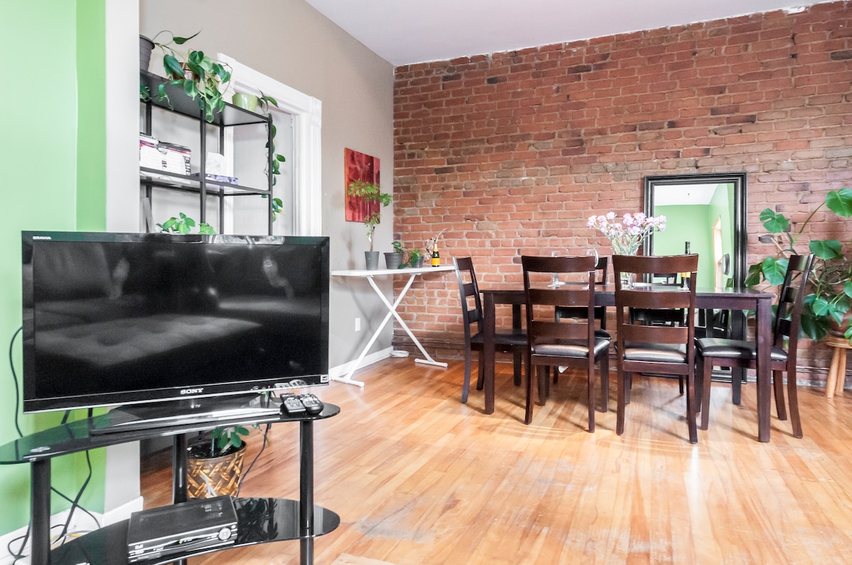 Brick wall, dining room, cable TV, lighting and plants