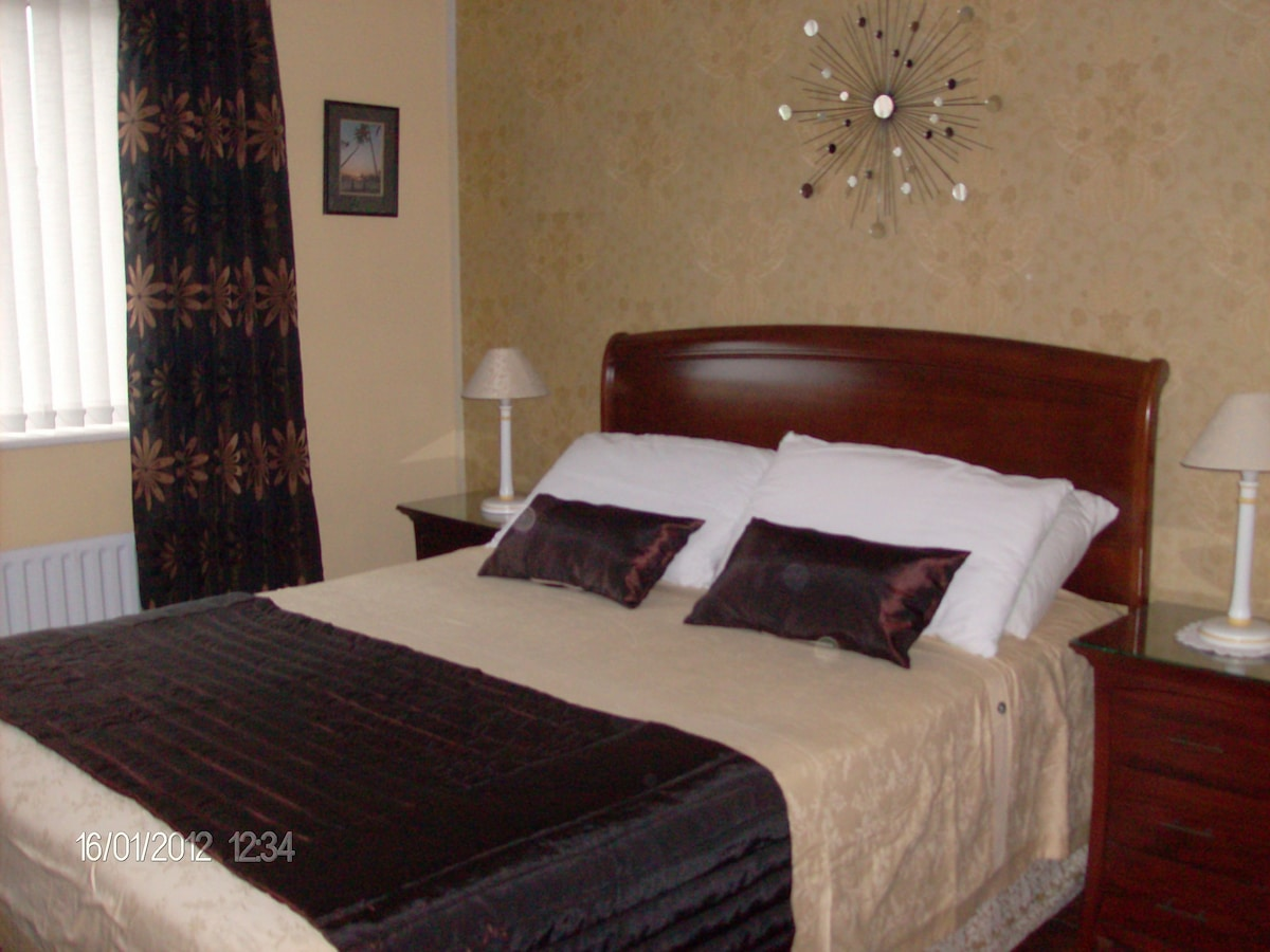Double bedroom with King bed