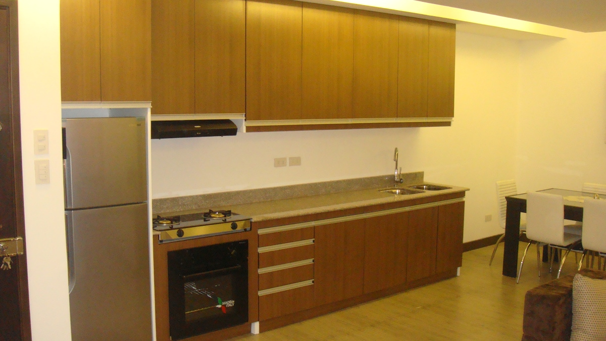 Quality fitted kitchen fully equipped and with granite counter top.