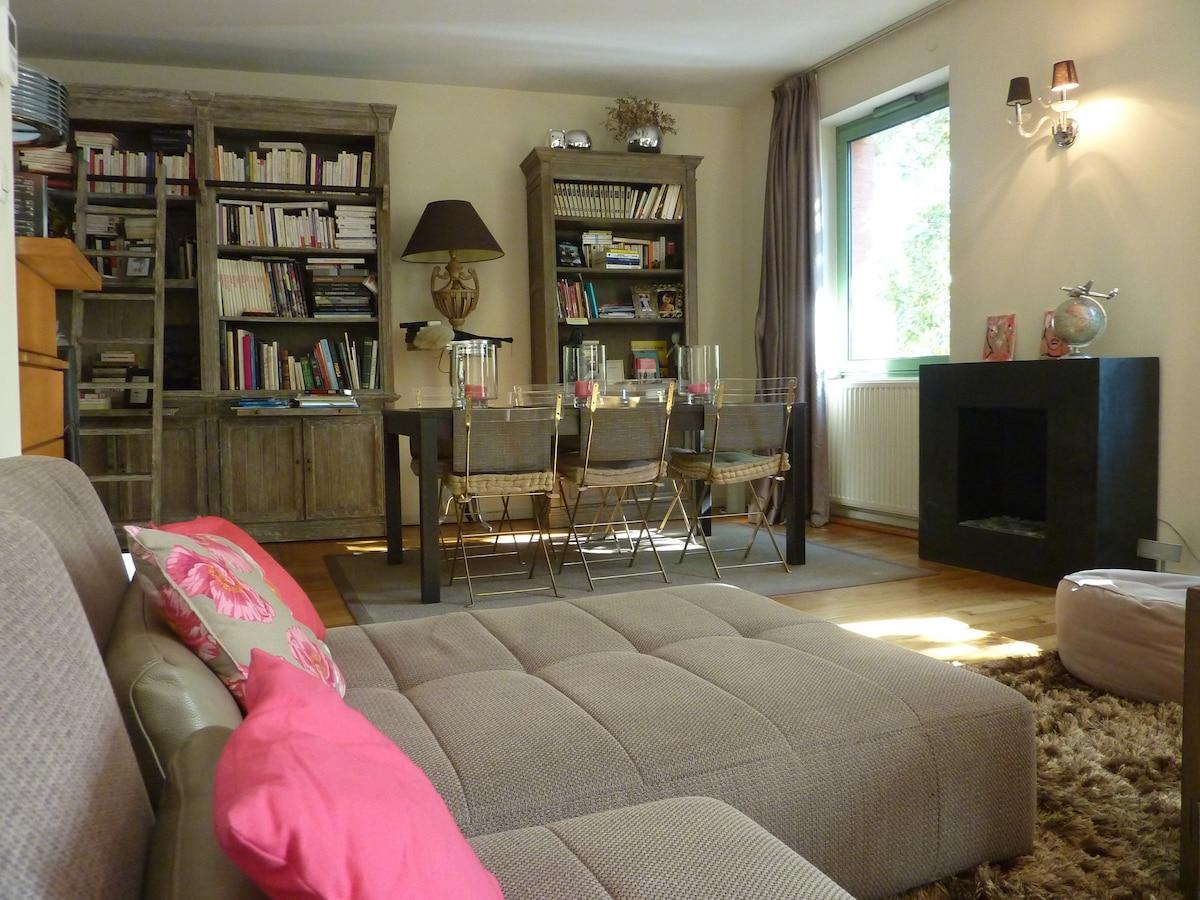 Vue du canapé sur coin-repas et cheminée au bio-éthanol/                                                        From the sofa, dinner table and ethanol fireplace