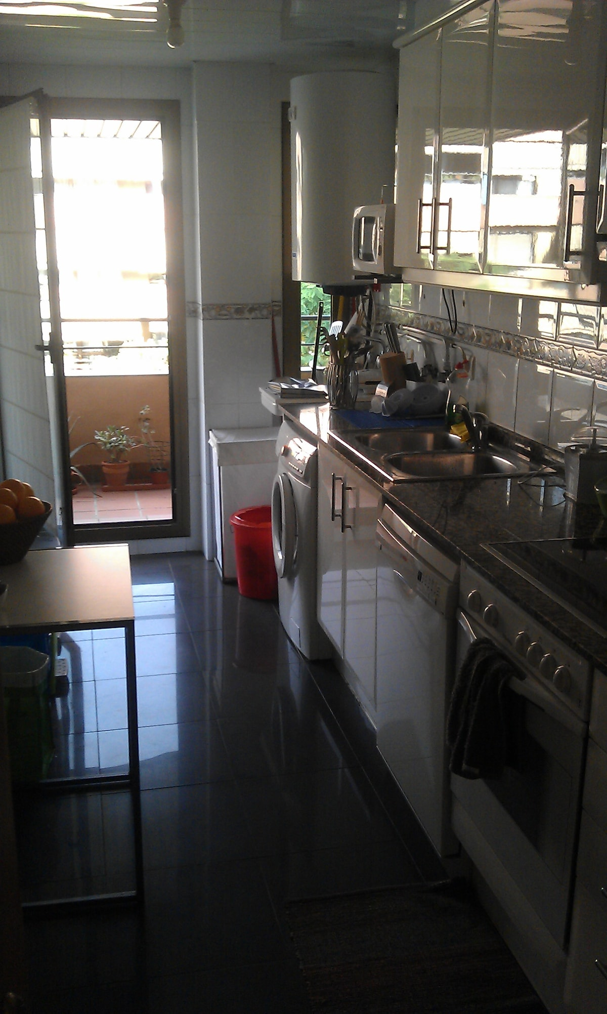 The kitchen is large and full equipped. Feel free to use the washing machine.  La cocina es amplia y está bien equipada. Se puede usar la lavadora.