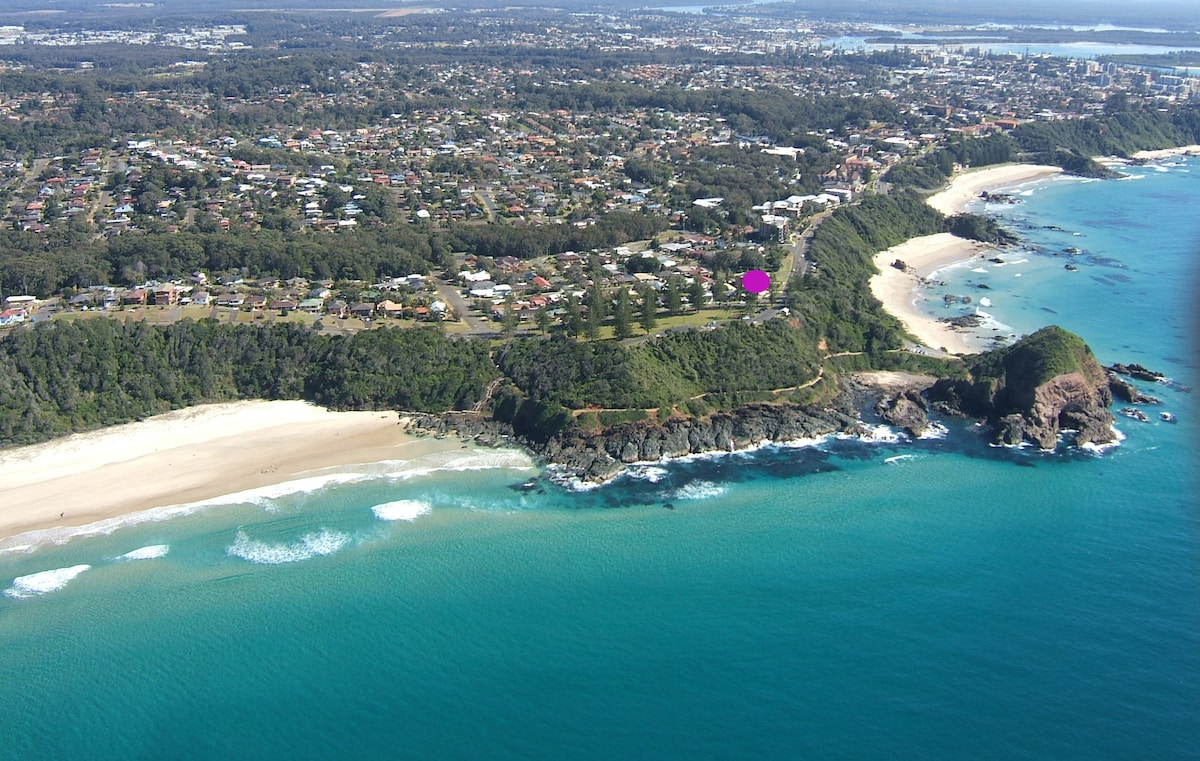 Shelly Beach (foreground), Nobbys beach (cottage location) Flynns Beach & Oxley Beach