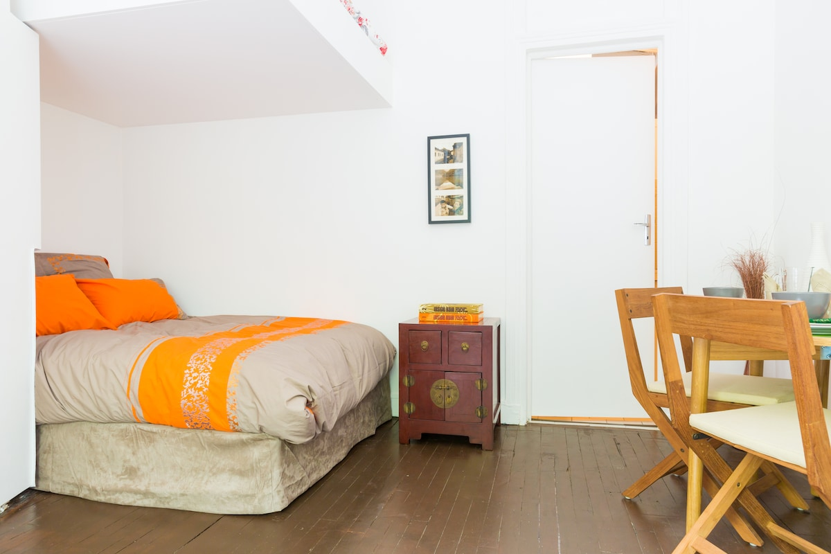 Clean, modern and comfortable. Very high ceiling (3m3+) offers good volume of space.