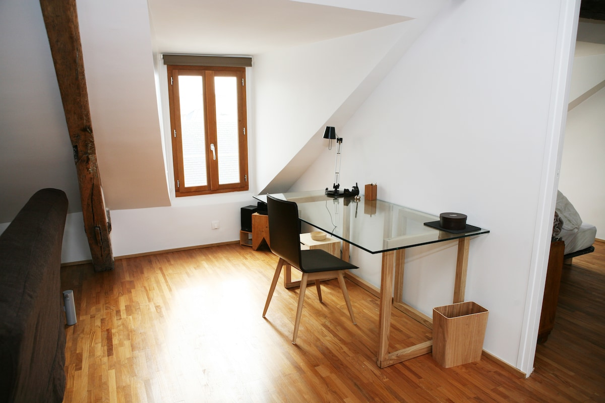 Work space: glass desk, HiFi CD player and radio, lamp, mouse, adapter     Special discount of 20% discount to a limited number of guests! Request a discount at: sebastienparis11@óutlóok.cóm, just type the address manual without any dots.