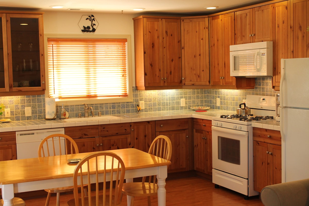 Our kitchen with everything you need to prepare a great meal.