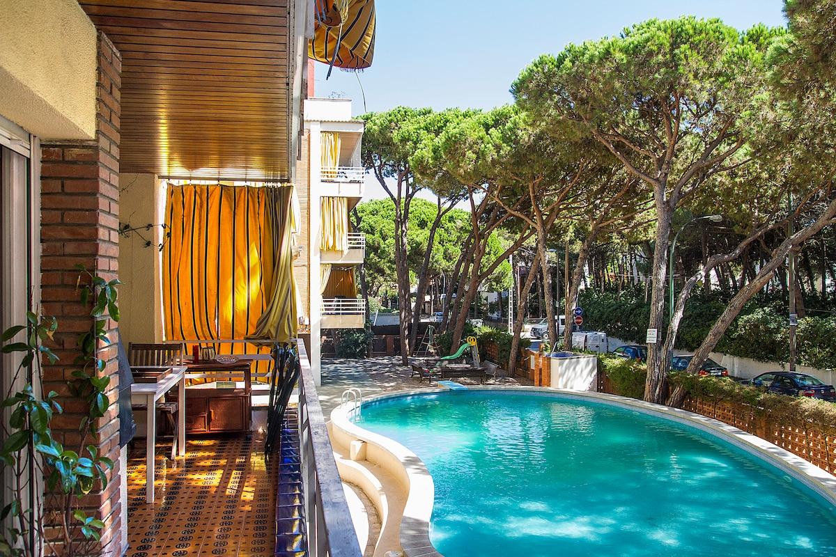 Nice balcony & big pool! You should smell the pine trees!