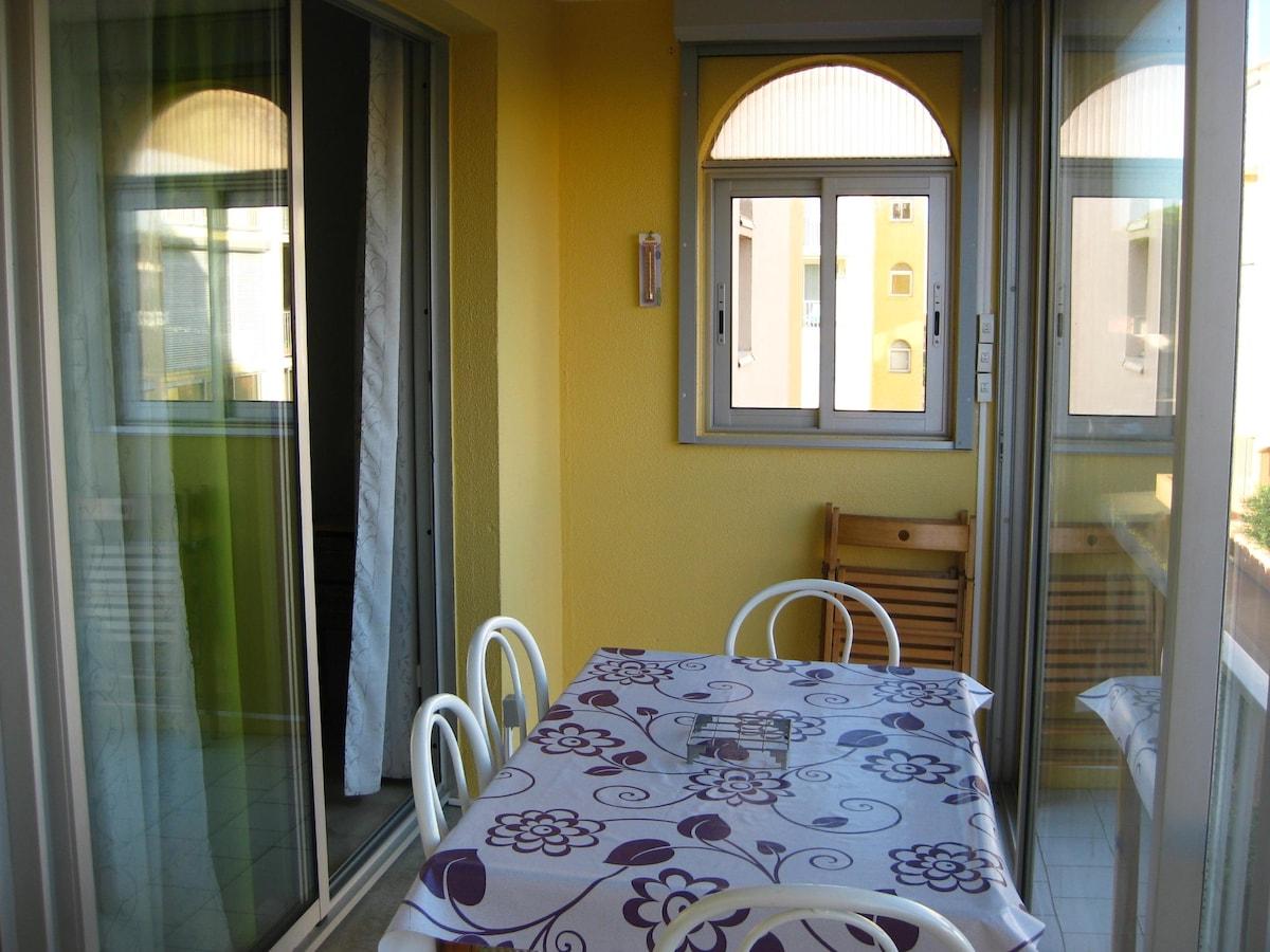 Loggia, espace repas. Baies vitrées coulissantes. Volets électriques.