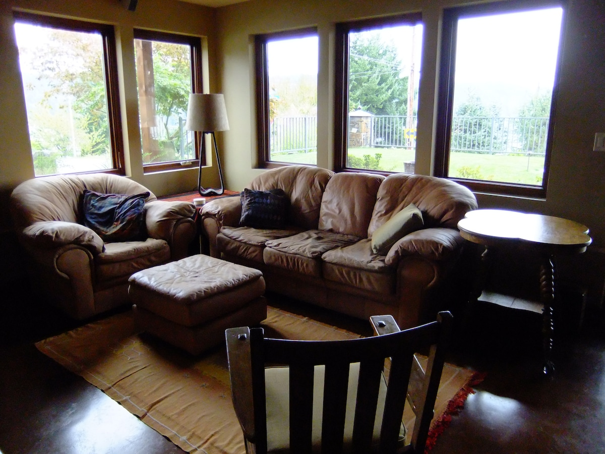 Common area with wireless internet and Television with Internet Stations -- Netflix