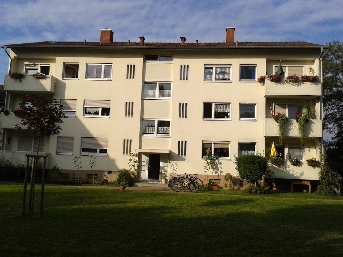 Unser ruhig gelegenes 6 Familien Haus. Dein Zimmer mit Balkon ist das im 1.OG ganz rechts