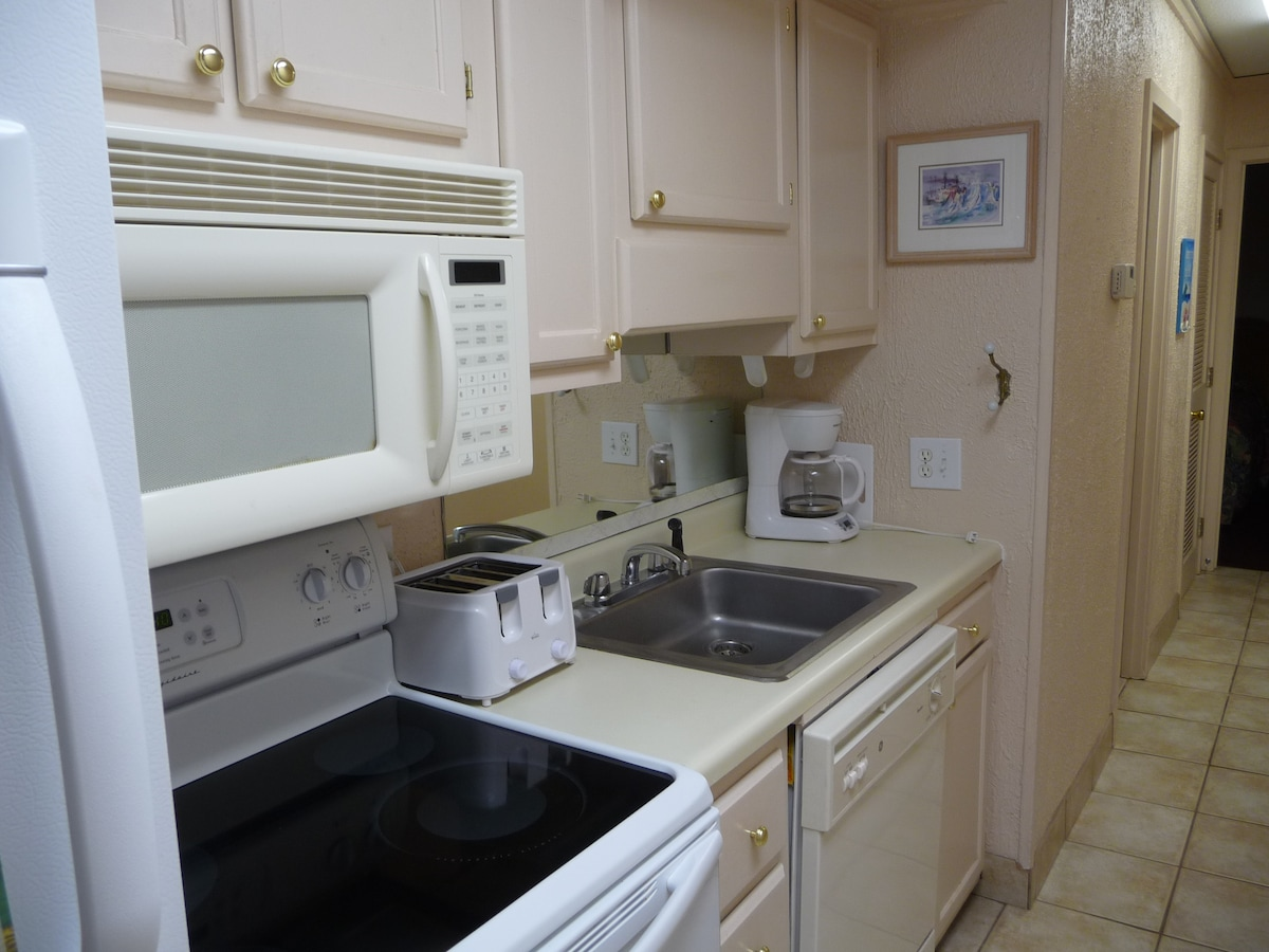 fully equipped kitchen with dishwasher,