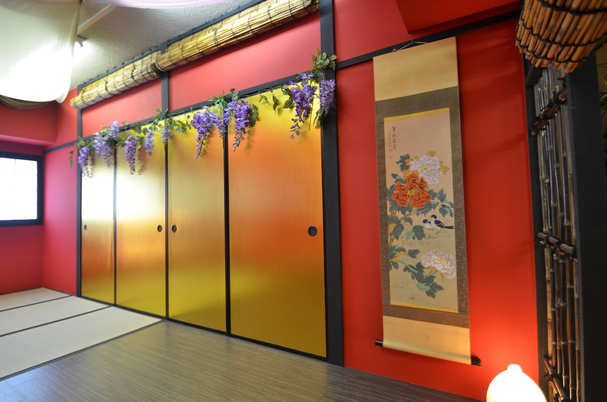 This is a japanese style photo studio. you can stay this room!! Its rare for gold FUSUMA.