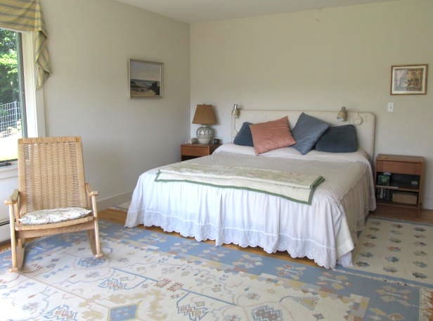 Cozy spacious king sized bed, hardwood floors and area rugs