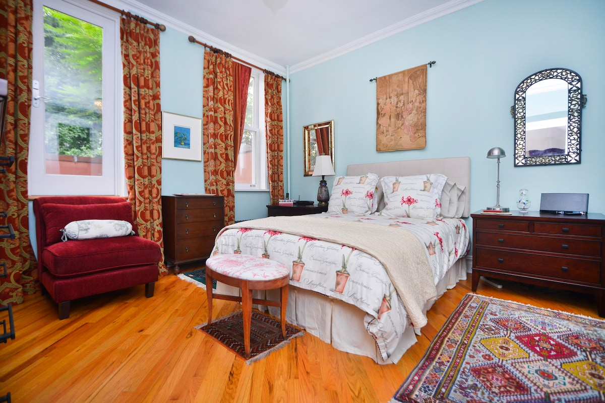 Spacious bedroom, Queen bed, luxe appointments