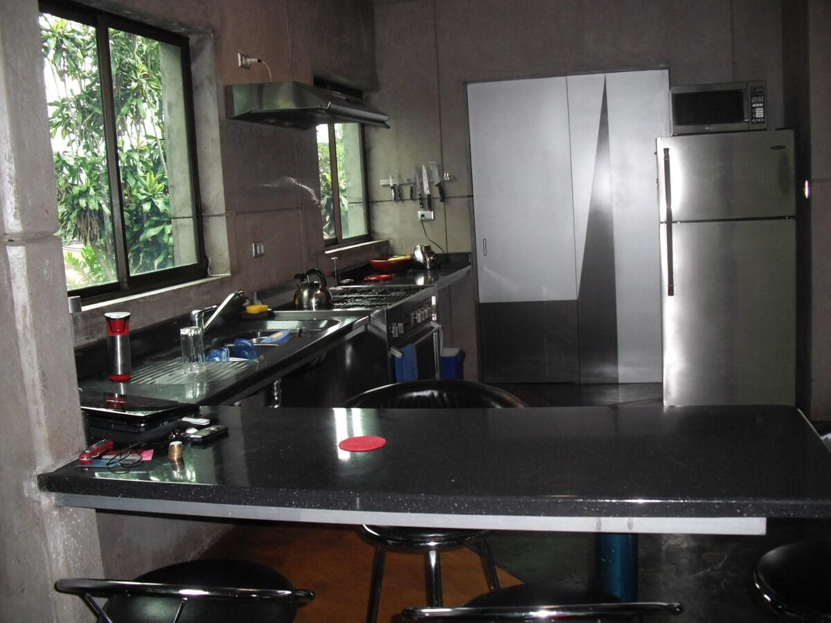 Area de cocina abierta, cómoda y moderna!