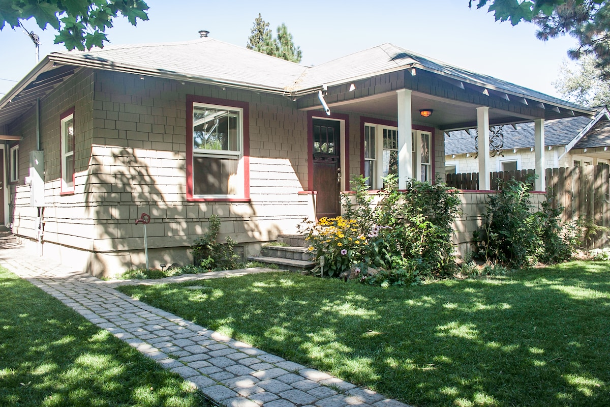 Walk to downtown Bend and Mirror Pond from the Basalt Bungalow...the heart of westside Bend!