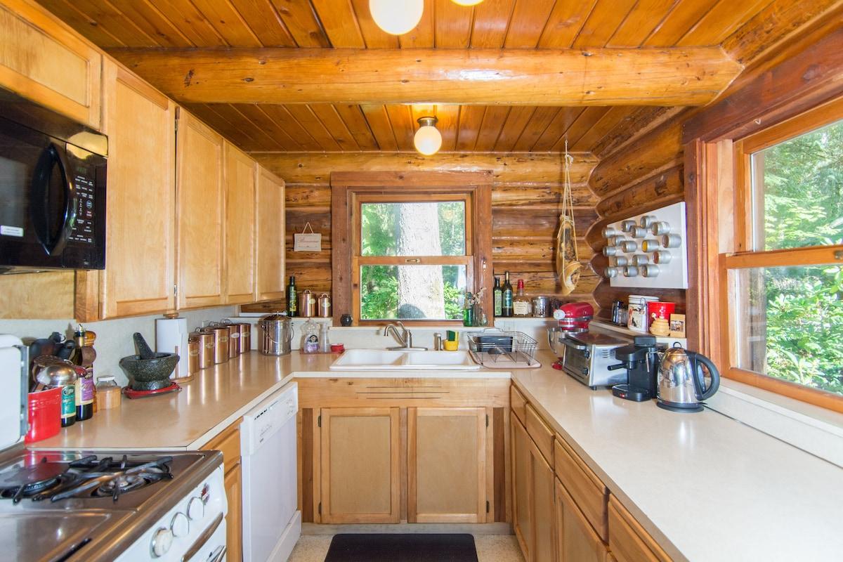Charming Log Home  on Private Lake