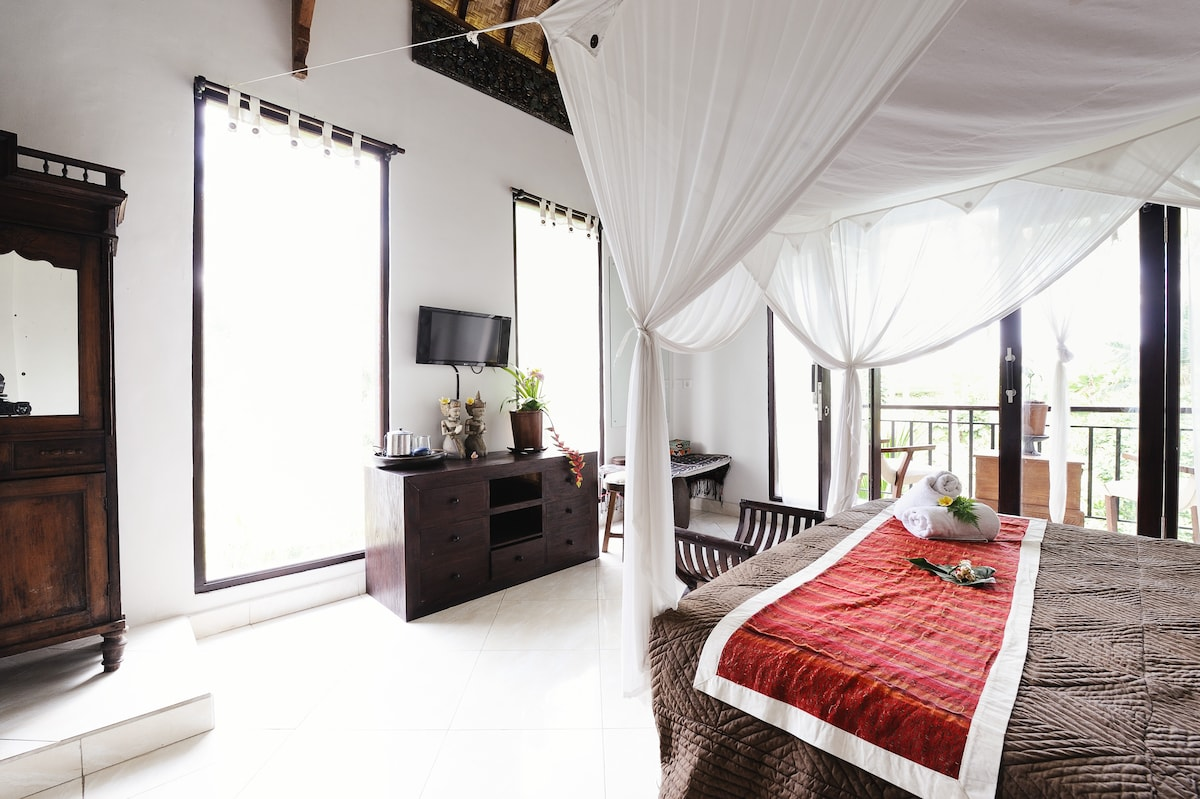 This room is very spacious and has a nice balcony to enjoy the rice fields and ravine views