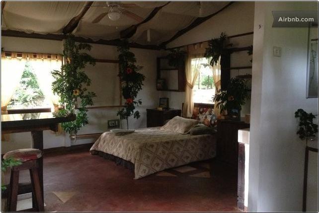 Vista de la confortable habitación de la cabaña