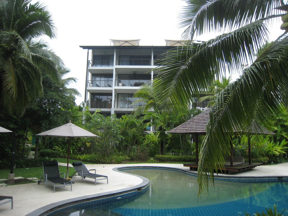 Front view. The apartment is one floor above ground. The free-form swimming pool is over 30 m long.