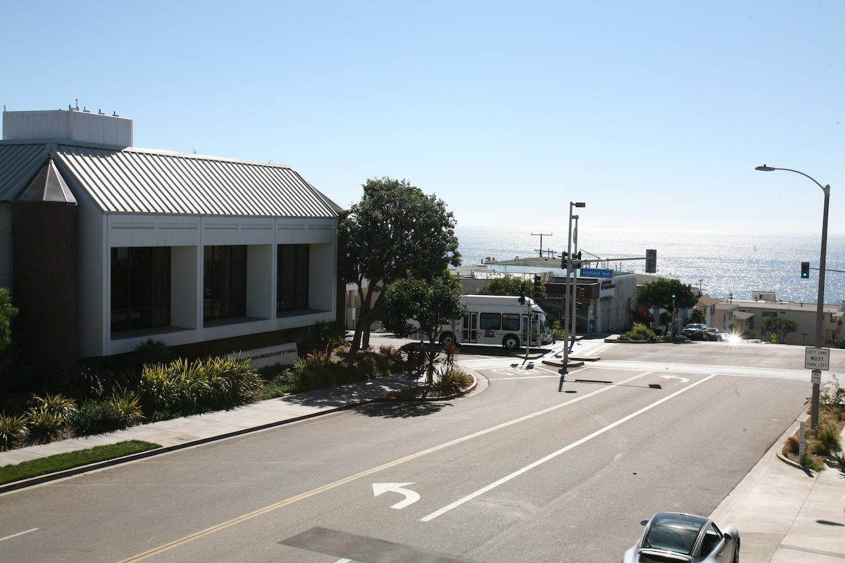 View from the upstairs balcony, overlooking the ocean and highland avenue.