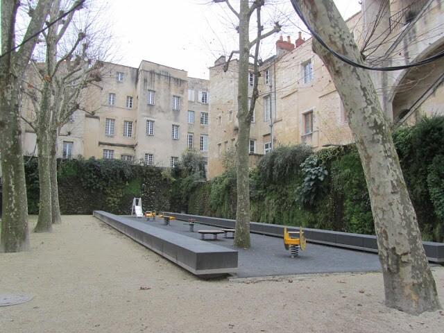 le petit square en face de l'appartement