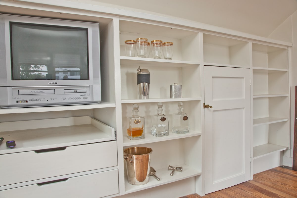 Built in shelves and 'vintage' TV!