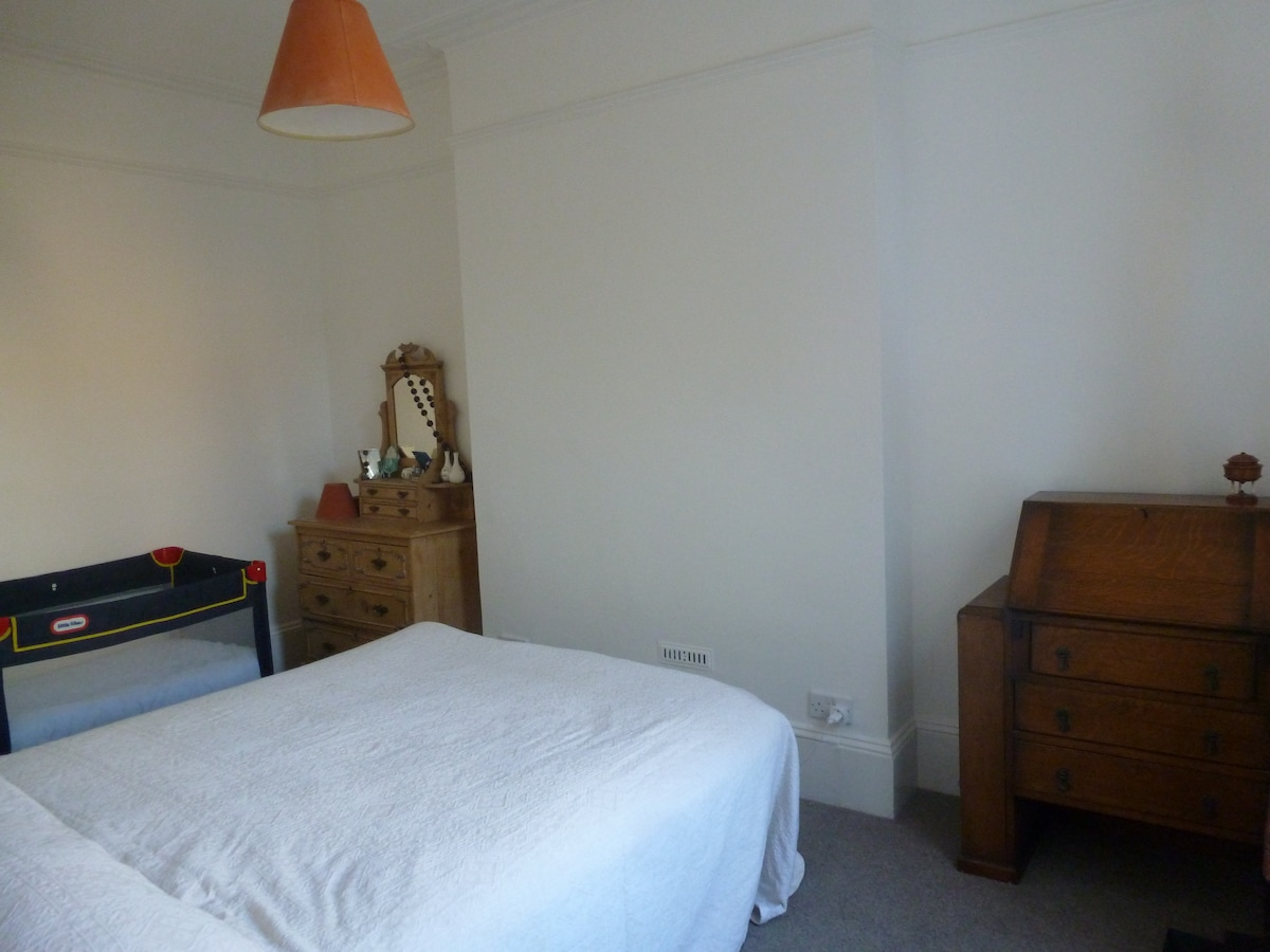 Double bedroom with cot / Camera matrimoniale