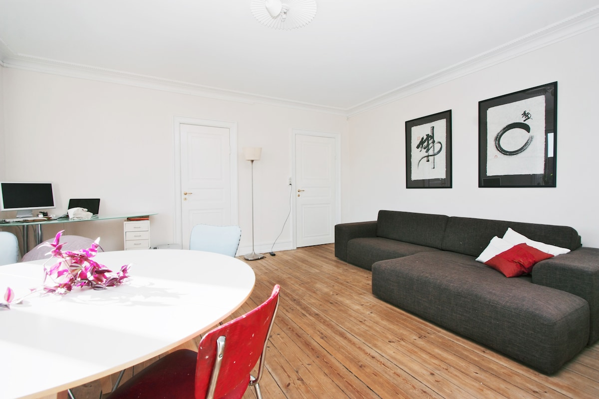 Open living/diningroom. It is poosible to sleep very well on the sofa if needed.