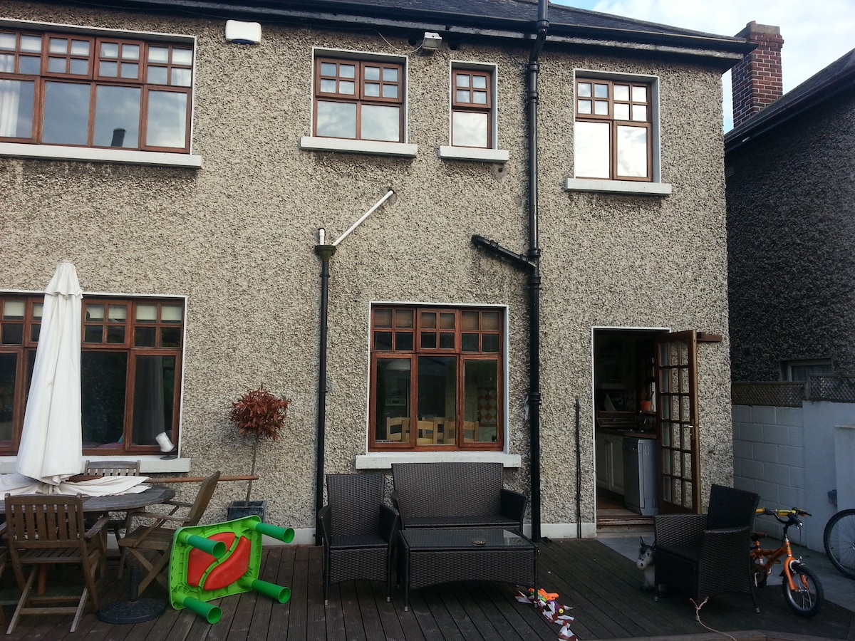 The outdoor area to rear