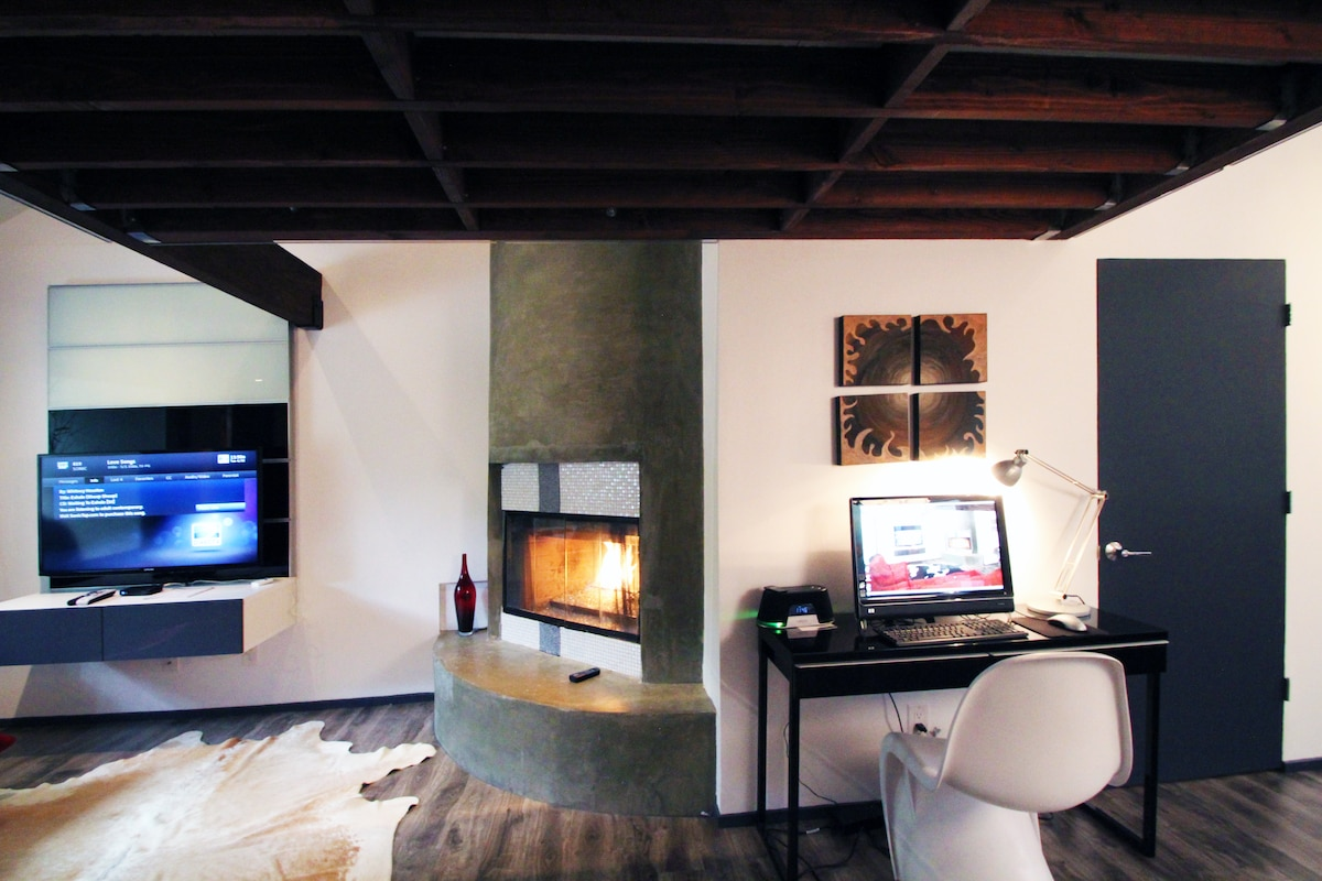 SmartTV for entertainment, fireplace  for a cozy night and a Windows computer for planning your next adventure.