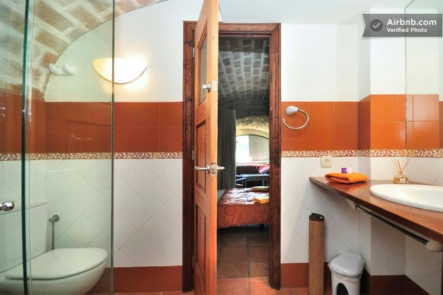 Full bathroom with shower  /     Cuarto de baño  completo
