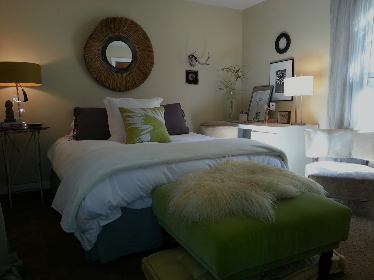 Light and airy bedroom with queen size bed, free cable, wifi, HBO & Showtime, fresh and extra pillows & linens in closet.