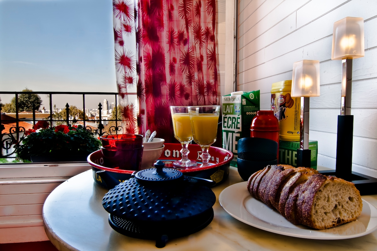 imagine your breakfast time watching Paris... From the window !