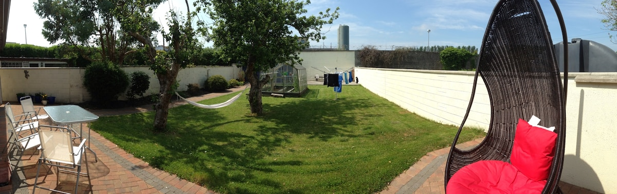 The garden with greenhouse, apple trees and hammock (sunshine not guaranteed!)