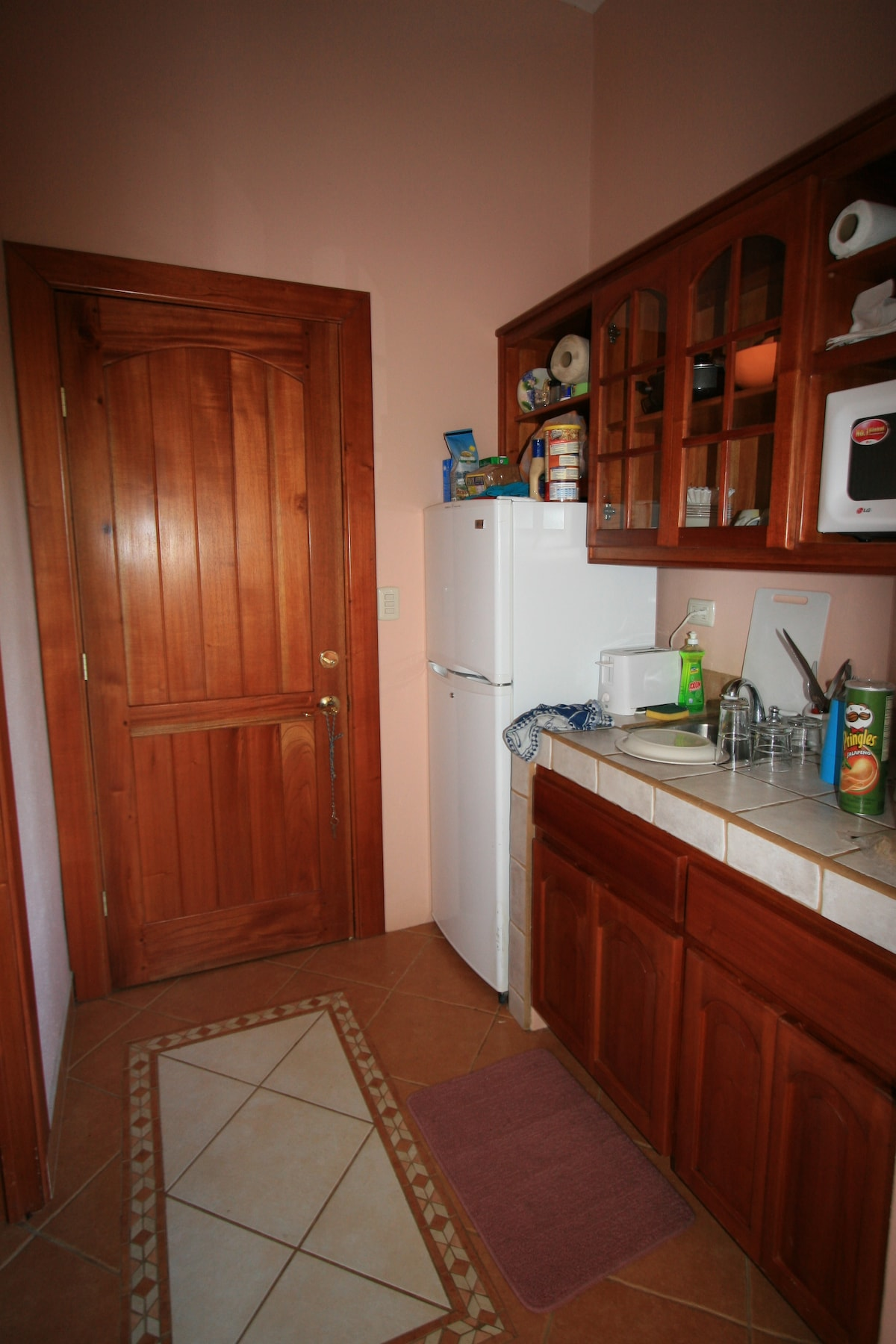 The kitchenette in Las Rocas Abajo; compact but complete with all electric appliances