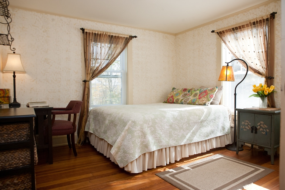 Lovely private room in Lenox (gold)