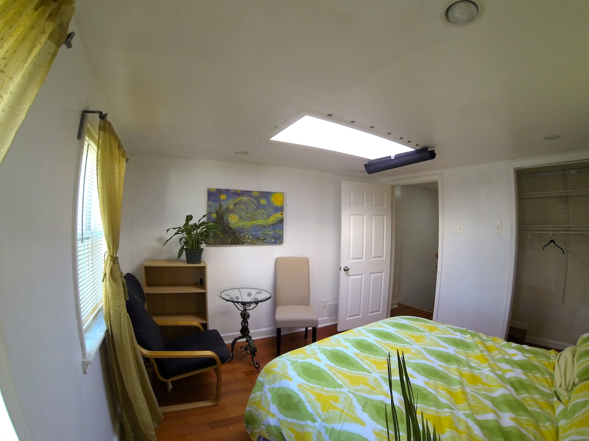 The Sunroom + huge house+ 2 art mus