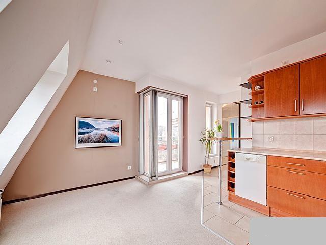 pokój dzienny z aneksem kuchennym i balkonem