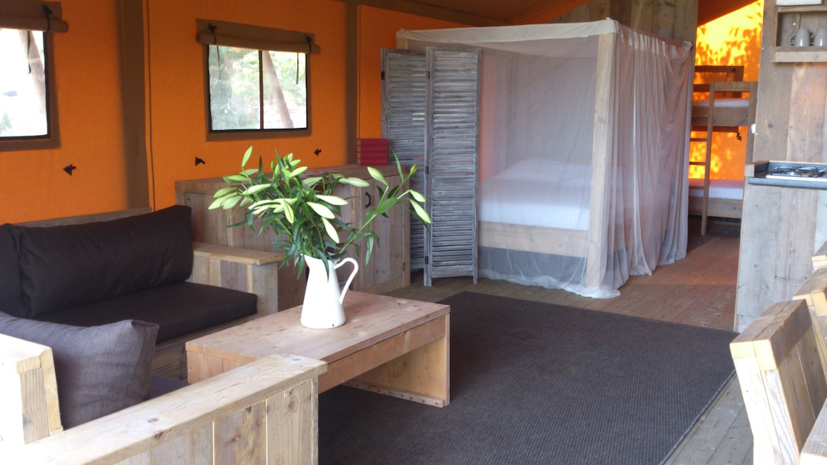 Wake up in this comfortable 4 poster double bed, with vineyard views.