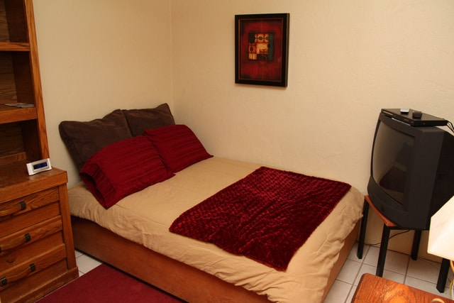 Guesthouse 5 blocks to 4th, 7 to UA