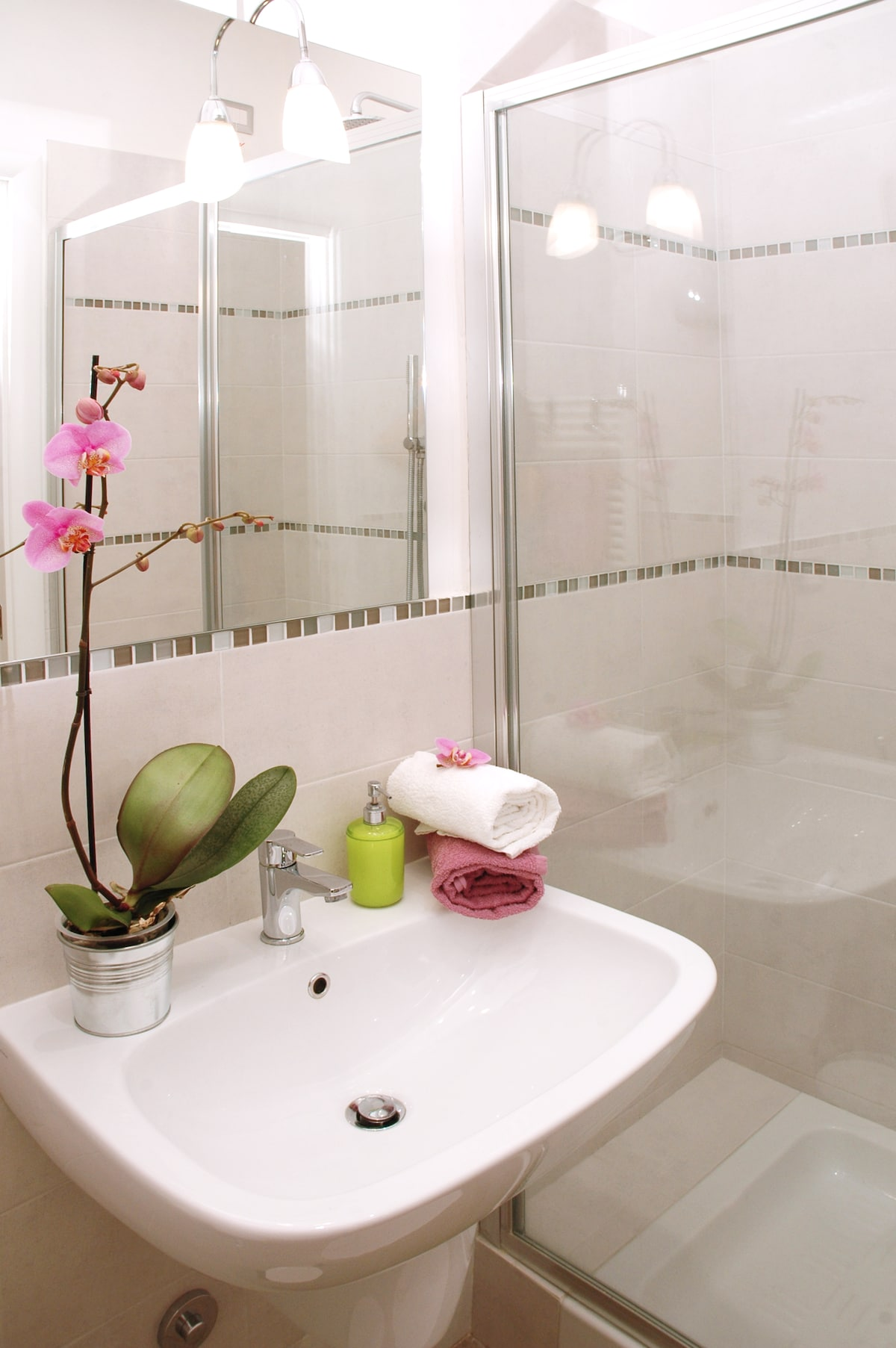 Also in the bathroom everything is new and clean with a supershower for two!