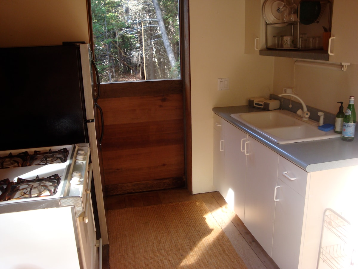 Kitchen with self-cleaning gas oven range, stainless fridge and double sink. Fully equipped
