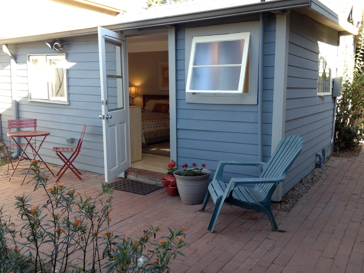 Charming light filled private bungalow short walk to Abbot Kinney and Venice Beach