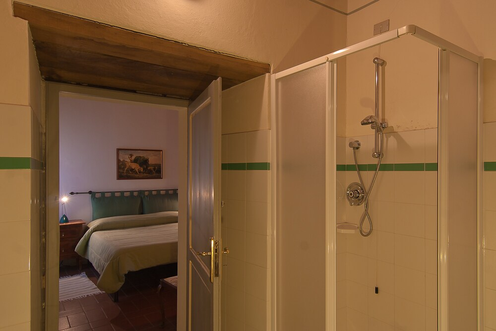 Double room, with the colors of the classic Tuscan countryside