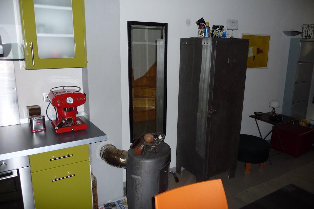 CUISINE AVEC FOURNAU AU BOIS, MACHINE A CAFE etc. + TOILETTES